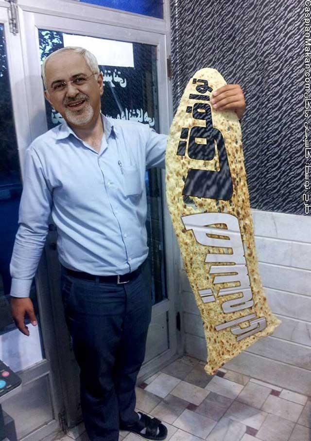 مرد ایرانی با نان سنگکی که روی آن جمله مسخره و تحمیر آمیز توافق هسته ای به چشم می خورد. حکومت شیاد اسلامی به همه روش و از همه جا مردم را در خریت و بی سوادی نگاه می دارد.