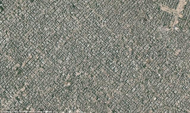 شمال دهلی در هندوستان که ۲۲ میلیون جمعیت به تعداد ۳۰،۰۰۰ نفر در هر میل مربع را در خود جای داده و این جمعیت بسیار زیاد موجب تخریب و ویرانی طبیعت می شود.