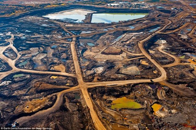 منطقه نفتی در آلبرتا کانادا که به دلیل کاوش و استخراج نفت سطح زمین را به مسافت زیادی از قیر و نفت پوشانده است.