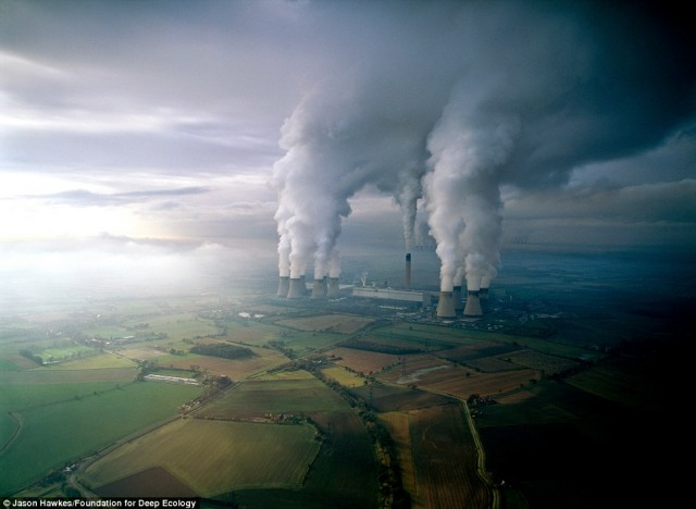 آلودگی هوا هوا از گاز کربنیک و بخار آب بر اثر سوخت زغال در یک نیروگاه تولید انرژی در آمریکا