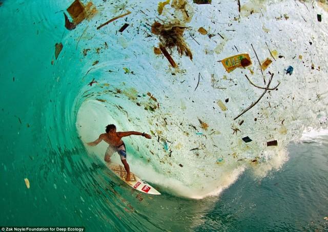 اسکی بر روی آب در جزیره جاوا در اندونزی جایی که هرگونه زباله و مواد اضافی خوراکی به دریا ریخته شده و آن را چنین آلوده می کند.