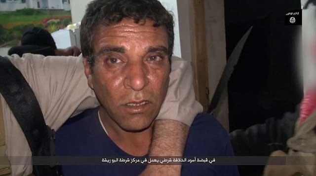 مردی ترسان و لرزان که به وسیله داعش دستگیر شده و مدتی بعد سرش را از تنش جدا کردند.