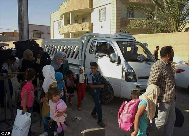 فرار مردم از خانه و کاشانه اشان در شهر رمادی برای آن که به دست آدم خوران داعش نیفتند.