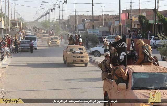 جشن فتح و پیروزی در خیابان های رمادی به وسیله آدم کشان داعش