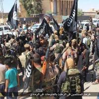 سرتاسر خیابان های رمادی صحنه جشن و پایکوبی آدم کشان داعش است.