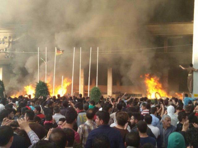 خشونت هرگز دموکراسی نمی زاید، مردم ما بایستی که قدرت تجمعات و جنبش های مدنی و صلح آمیز را درک نمایند. با هتل آتش زدن و شعار مرگ بر سرمایه دار سر دادن، راه به جایی نخواهیم برد.