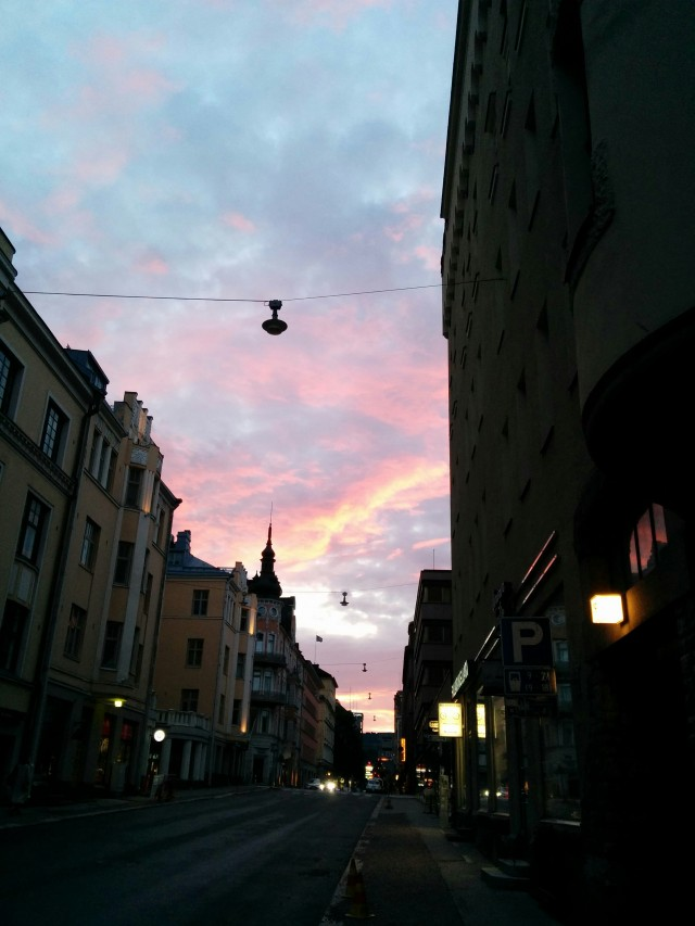 یکی از خیابان های هلسینکی قشنگ و زیبا در شب دیده می شود.