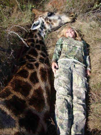 زن شکارچی، با زرافه ای که شکار کرده عکس یادگاری می گیرد! به راستی یک انسان چقدر روان پریش و خودشیفته باشد که با اسلحه ای مرگبار به جان حیوانات بی دفاع بیفتد؟!