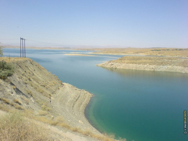 سطح آب سد زاینده رود در اصفهان به دلیل استفاده های بی جا در کشاورزی و کندن قناتها و سد بستن بر روی رودخانه های تغذیه کننده این سد به شدت پایین آمده و روز به روز از ذخیره آب آن کاسته می شود.