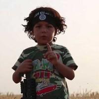 کودک چهار ساله ای که از داعش می آموزد تاگردن مادر خود را قطع کند
