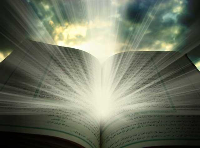 بنا به تعریف آخوندها، قرآن کتابی است که مانند یک لامپ بسیار قوی، همواره از آن نور ساطح می شود و این را معجزه قرآن می دانند. حال باید از خود پرسید آیا قرآن در نورافشانی بهتر معجزه می کند و یا یک لامپ قوی از برق اختراعی ادیسون که شبهای تاریک جهان را مانند روز روشن ساخته است. دین اسلام ماشاالله الا ماشاالله دین نور و نور افشانی است و همه جا از نور گفتگو می کند. ما که از قرآن و مروجین آن یعنی آخوندها جز سیاهی و تاریکی چیزی ندیده ایم!!!.
