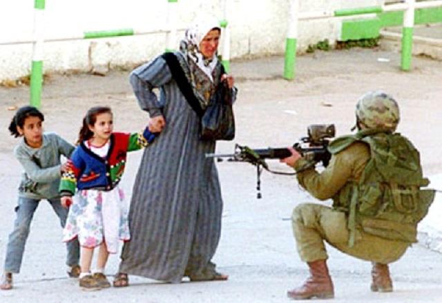 اما ببینید که چه بر سر جهان و بخصوص خاورمیانه آورده اید! این همه جنگ مذهبی بر سر تقدس دروغین منطقه سرزمین اسرائیل و فلسطین برسر چیست؟ هیچ! هر دو طرف دروغ می گویند! اصولاً جای مقدس در کره زمین وجود ندارد! اینها بهانه سران دین برای دستیابی به قدرت و حکومت بوده است.  ببینید که یک مراسم من در آوردی بنام حج که سرتا پایش خیالات و اوهام است ، چه بر سر مردم فریب خورده می آورد!