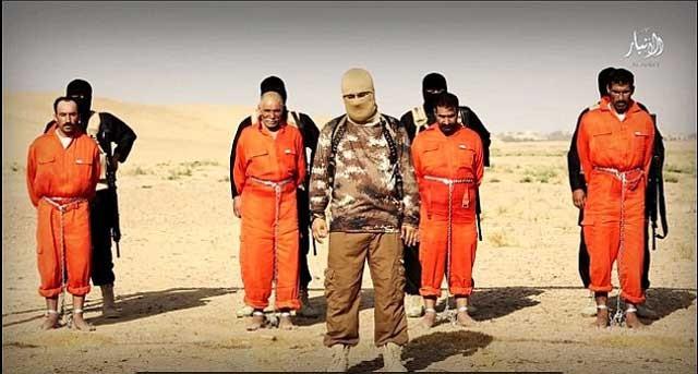 آدمخواران داعش در پس چهار قربانی خود ایستاده و همکاری آنان را با سپاه امام علی که از رژیم ایران پشتیبانی و تغذیه می شود یادآور می گردند.