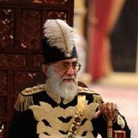 خامنه ای کیست؟ چیزی بجز پادشاه است؟ البته پادشاهی مذهبی و غیر سکولار. تنها تفاوت میان شیوه اداره ایران پیش و پس از انقلاب در نداشتن سکولاریسم است. شاهان پهلوی اجازه دخالت دین را در قوانین نمی دادند و این پایان همه ی تفاوت میان جمهوری اسلامی و شاهان پهلوی است. اگر خامنه ای عمامه دارد ، شاه عباس هم عمامه داشت! شیوه اداره ایران بدست ملایان هرچند که رنگ و بوی مدرنی دارد و در اصول چیزی بجز یک خلافت و شاهنشاهی نیست.