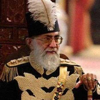 اعلیحضرت قدر قدرت ملا علی روضه خوان ۵ تومانی که دست دیکتاتورهایی چون هیتلر و استالین را از پشت بسته است.
