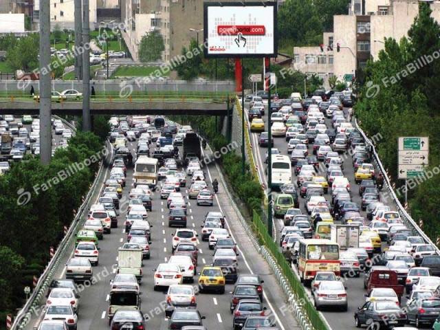 تهران قبرستان ماشین است. ساعتها وقت مردم بیهوده در ترافیک پر از دود و سر صدا تلف می شود. سیاست ضد انسانی رژیم آخوندی موجب کلاف سردر گمی شد که شاید هرگز نتوان آن را باز کرد. دیگر اعصاب و آرامشی برای مردم باقی نمانده و رفتار کج و غیر انسانی رژیم آنچنان مردم را روانی و بیمار کرده که مطب دکترها دارای رونق زیادی است و در آنها جای تکان خوردن و حرکت نیست. با برنامه های غلط و نادرست رژیم غیر انسانی ولایت فقیه مردم هر روز بیشتر به مرگ طبیعی نزدیک می شوند.