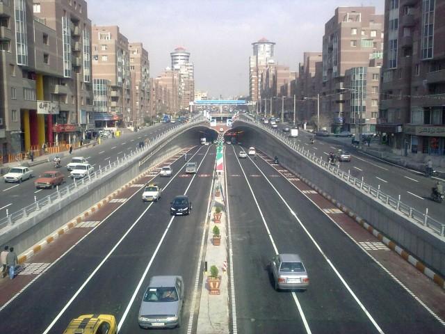 شما این رفت و آمد بدون ترافیک را تنها در ساعات محدود روزهای تعطیلی مانند روزهای گور به گور شدن تازیان می توانید در تهران و شهرهای بزرگ دیگر پیدا کنید.