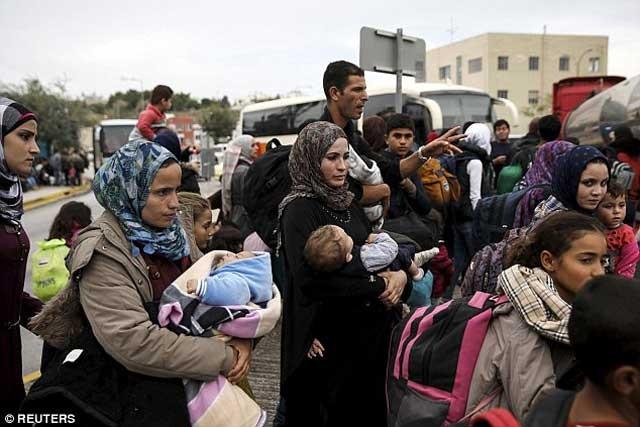 هیلاری کلینتون شجاعانه در برابر دونالد ترمپ از جمهوری خواهان که در رأی دادن علیه آوارگان تلاش بسیار می کرد و تنها با پناهندگان مسیحی موافق بود ایستاد و به او پرخاش کرد که چنین رویه ای در آمریکا قابل قبول نیست.