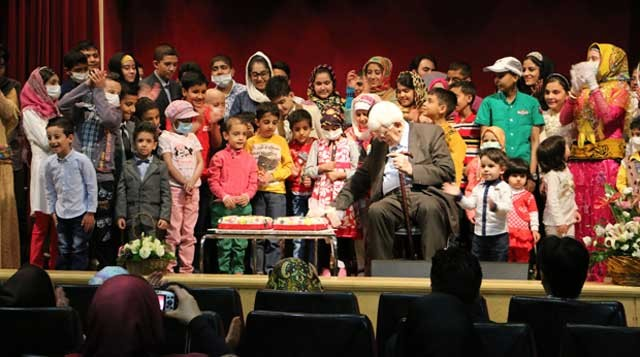 """در سومین سالگرد گشایش بیمارستان فوق تخصصی """"محک""""، کودکانی که زیر نظر زنده یاد پروفسور پروانه وثوق درمان شده اند، به عنوان یادآوری و قدرشناسی در جشن آن شرکت نمودند."""