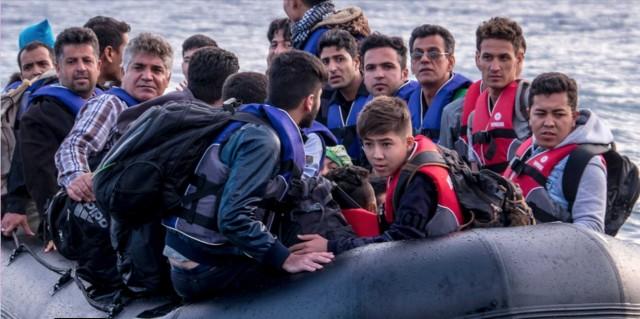 پناهندگان سوار بر قایق به طرف یکی از جزایر یونان