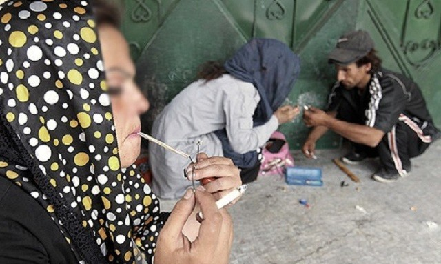 صحنه دردناک دیگری از اعتیاد زناب خیابان گرد تهران. کاری که ساخته و پرداخته رژیم جنایتکار اسلامی است.