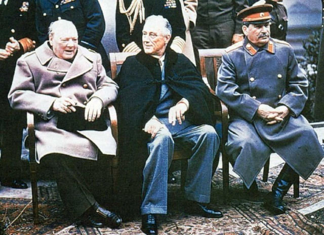 پس از آن که انگلیسی ها با بی شرمی و وقاحت زنده یادرضا شاه بزرگ را که خار چشم آنان بود، از سلطنت ساقط، و به جزیره موریس بردند، در سال ۱۳۲۰، برندگان جنگ جهانی دوم یعنی: آیزنهاور، چرچیل، و استالین به تهران آمدند، و در نبودن شاه، موافقت کردند که محمد رضا به جای پدر خود به سلطنت برسد. در اینجا نیز سرنوشت ایران با آیزنهاور و در حقیقت دخالت آمریکا در سیاست ایران بود که باید آن را تجاوز سیاسی نامید و ملت ما این تجاوزها و دخالت در امر سیاست کشورمان را هرگز فراموش نمی کند و نمی بخشد.