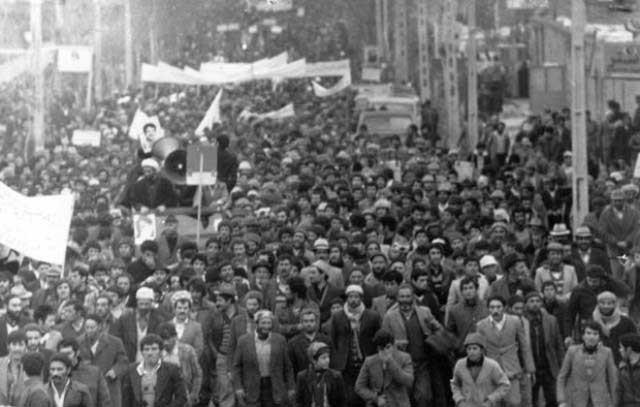 انقلاب مردمی سال ۵۷ پیامدنفوذ و دخالت آمریکا در ایران و دیکتاتوری شاه از سال ۱۳۳۲ ت ا ۱۳۵۷ (۲۵ سال) بود.
