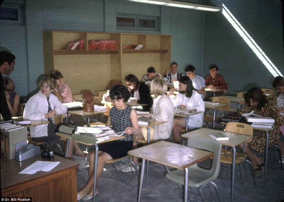 مدرسه آمریکائی در کابل.، جائی که پگ و ژین در آن دیده می شوند. زنان هندی با پوشش ساری در این کلاس حضور داربد که پس از پایان درس، دختران عابدرقه می کنند.