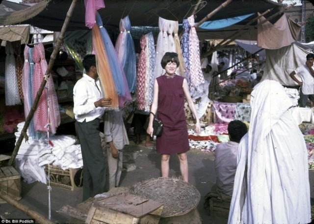 ژین یکی از دختران پروفسور پودلیچ در سفری به دهکده ایستالیف ۱۸ مایلی شمال کابل دیده می شود.