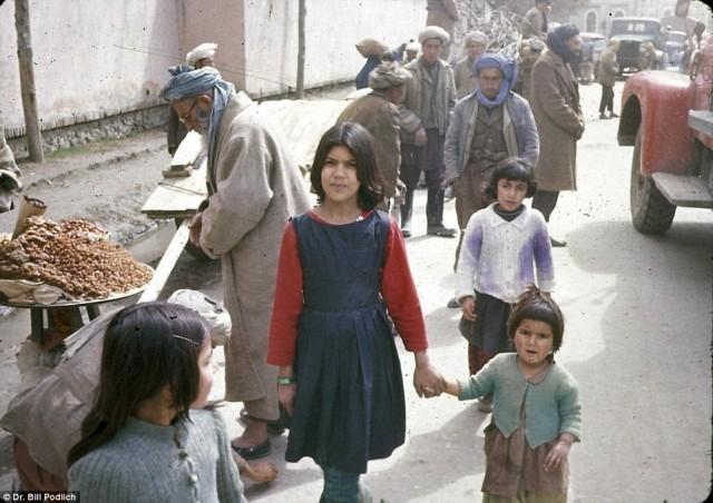 چند دختر با لباس های رنگین در بازار فروش کالا در برابر دوربین عکاسی قرار گرفتند.