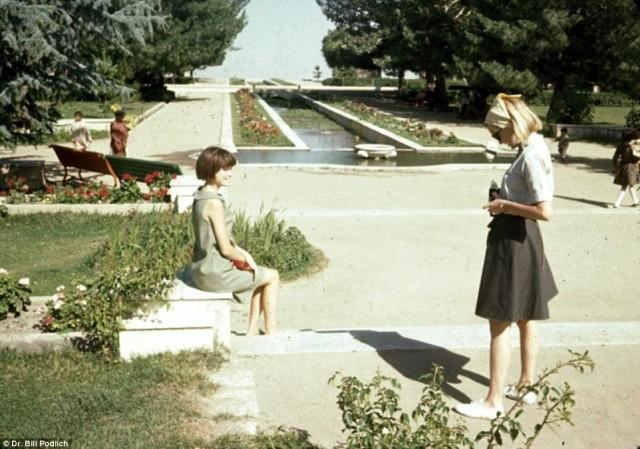 ژین (نفر سمت چپ) و پگ (نفر سمت راست) در گلستان پاقمان Paghman دیده می شوند. پارکی که پیش از سال ۲۰۰۱ حمله آمریکا بدان کشور به کلی نابود و از میان رفته بود.