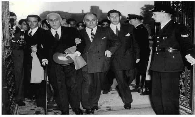 در اینفرتور آزادی خواه بزرگایران ، دکتر محمد مصدق را در دادگاه لاهه نشان می دهد. در زمان نخست وزیری مصدق، مردم ایران طعمِ خوش زندگی در سایه دموکراسی و آزادی بیان را، هر چند برای مدت کوتاهی چشیدند.