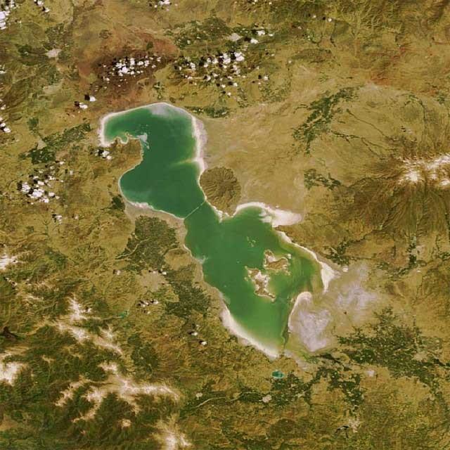 این تصویر که از بالا از دریاچه ارومیه گرفته شده، نشان می دهد وجود این دریاچه بخش بزرگ و عظیمی از کشورمان را سر سبز و خرم و با رطوبت ساخته که هم اکنون همه این بخش بزرگ به بیابانی خشک و سوزان تبدیلشده.