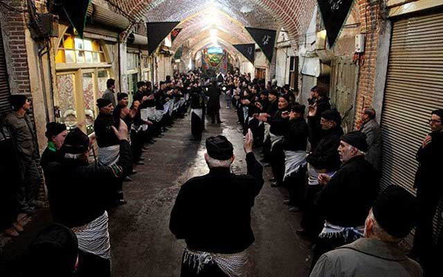 سینه زنی و زنجیر زنی در بازار تهران. مرکز رشد و پرورش آخوند به وجودآوردن و پروبال دادن به خمینی و موجب و عامل اصلی انقلاب