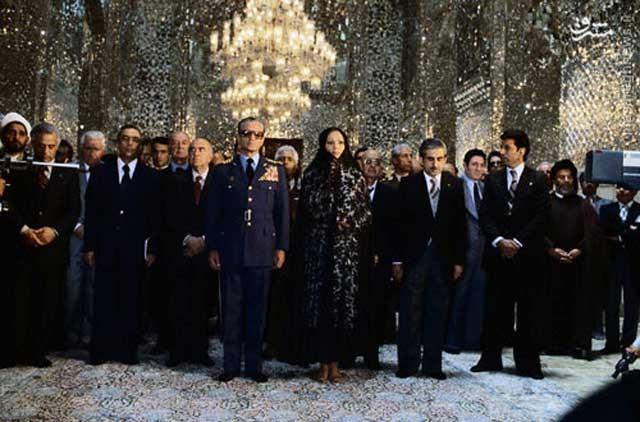 شاه و فرح در حرم رضا مشهد. خانواده سلطنتی ایران از لحاظ آخوند پروری و ترویج خرافات سرآمد همه ایرانیان بودند و بیشتر خود آنها بودند که مردم را به سوی آخوند و خرافات دین سوق می دادند.