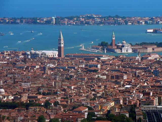 شهر ونیز یکی از شهرهای توریست پذیر ایتالیا است. از دیدنی های معروف این شهر می توان به میدان سن مارکو محل دفن مارکوپولو اشاره کرد.