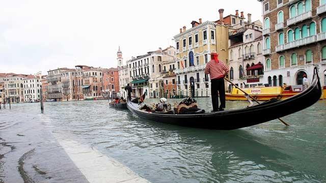 منظره ای از شهر زیبای ونیز ایتالیا که خیابان های آن کانال و رودخانه است و رفت و آمد به وسیله قایق ویژه ای به نام گندولا انجام پذیر است.