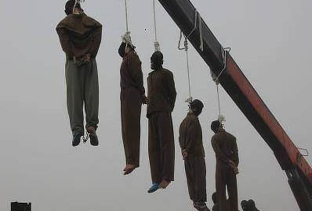 بدلیل تعداد زیاد اعدامها در سال 67 از جرثقیل با اعدام همزمان تا 50 نفر استفاده شد. با جرثقیل نخاع قطع نمی شود و جوان بیچاره زجر بسیاری تا پایان آخرین نفس خواهد کشید.