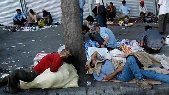 کاتن خواب ها در ایران بی شمارند و به آسانی در بیشتر کوچه و برزن های شهرهای گوناگون ایران دیده می شوند. بسیاری از این کارتن خواب ها معتاد و آلوده اند و راه نجات آنان با وجود این رژم وجود ندارد و آنان محکوم به مرگ تدریجی اند.
