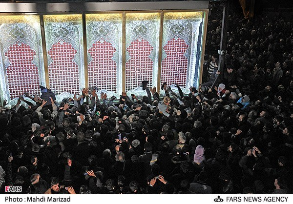 """گاهی باید ادب را کنار گذاشت و کسانی را """"احمق"""" نامید! ضریح را پیش از نصب در شهرها می گردانند و این مردم """"احمق"""" ضریح را می بوسند و گریه می کنند. این است تمدن ایران اسلامی...."""