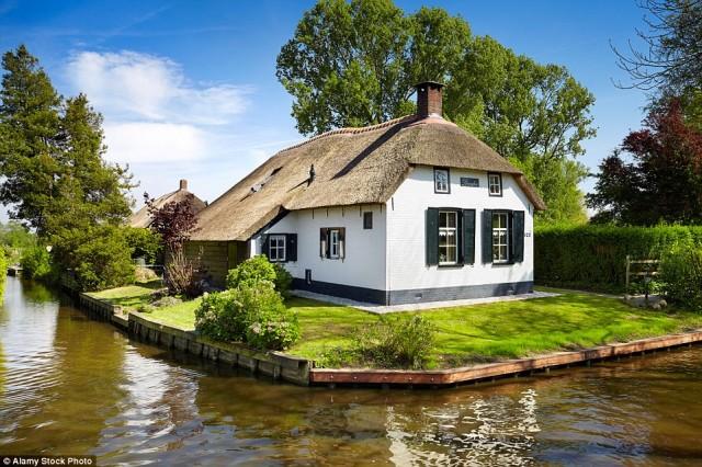 دهکده گلتورن (village of Giethoorn) که امکان رفت و آمد مردم را با وجود کانال های آبی آسان کرده است.