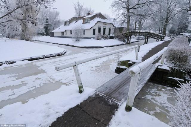 در زمستان ها که سطح کانال ها یخ بسته است از ورزش اسکی بر روی یخ ( ice-skating ) استفاده می شود.