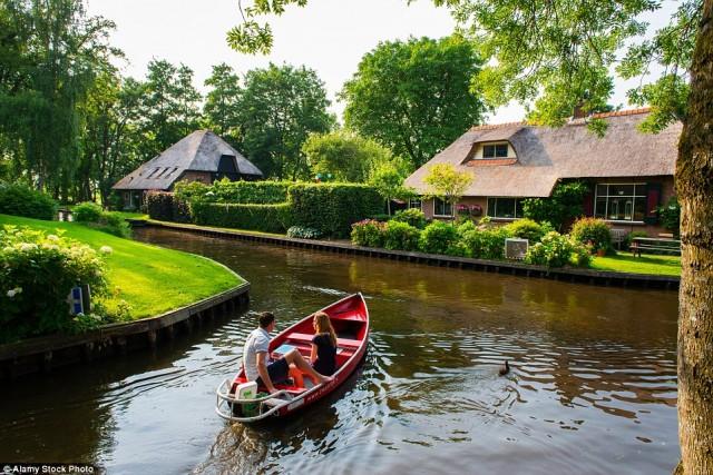 با آن که رفت و آمد روی کانال های هلند بسیار زیاد بوده حتی پستچی ها نیز برای رساندن کالای پستی خود از این آبراهها استفاده می کنند، ولیکن بسیار آرام و بی صدا انجام می شده و کمترین مزاحمتی برای ساکنین اطراف کانال راندارد.
