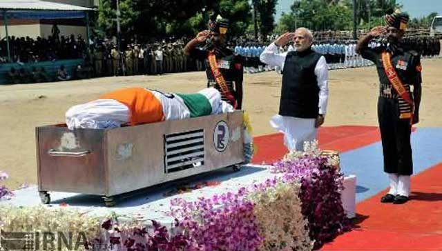 تلویزیون ملی هند دارایی و ثروت او را چنین اعلام کرد: ۱- سه دست کت و شلوار . شش عدد پیراهن . یک عدد ساعت مچی ۲- دو هزار و پانصد جلد کتاب . یک آپارتمان دولتی که مدت ها پیشبه جامعه دانشمندان هند تحویل داده شد. ۳- موجودی بانکی صفر. ۴- و تنها دارایی او دعای یک ونیم میلیارد جمعیت هندوستان که همراهش