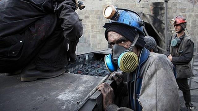 """پس از اعتراضات ۳۵۰ نفر از کارگران فصلی معدن طلای آقدره در آذربایجان غربی در واکنش به بیکاری، ۱۷ نفر از آنها از جمله به اتهام """"توهین به نگهبان شرکت"""" شلاق خورده اند."""