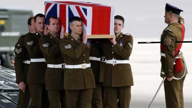 یک صحنه از تشییع جنازه سربازان انگلیسی که در تجاوز به خاک عراق فدای هوسرانی تونی بلر شدند.