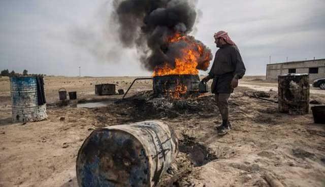 گروه داعش جنایتکار که مخازن نفت سوریه و تولید آن را در عراق در تصرف خود در آوردند اینچنین بیرحمانه به آتش می کشند و یا طی چند سال به صورت قاچاق و به قیمت رایگان به دولت ترکیه فروختند.