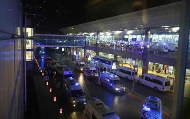 صحنه دیگری از به هم آشفتگی و ترس و وحشت مردم در جلو فرودگاه بین المللی استاببول پس از انفجار بمب ها
