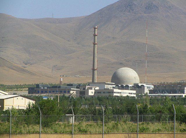 راکتور آب سنگین معمولاً در مناطق پرآب بخصوص نزدیک یخهای قطبی کاربرد دارد و نه صحرای برهوت اراک! اینکه ایران این راکتور را در منطقه ای بیابانی بنا کرده بوده است ، تنها بخاطر مخفی کاریست. راکتور هسته ای به میزان بالایی آب نیاز دارد و راکتور آب سنگین به مقدار بسیار آب نیاز دارد. ساختن چنین راکتوری هرگز برای کشوری کم آب مانند ایران اقتصادی نیست. بنابراین راکتور اراک یک راکتور ویژه برای دستیابی به پلوتونیوم بوده است.