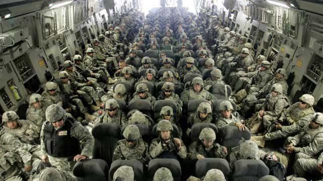این فرتور ۱۵ هزار سرباز آمریکایی را در سال ۲۰۰۳ میلادی در کنار کویت برای دفاع از مناطق نفتی نشان می دهد. بیگمان، نفت خاورمیانه به کشورهای غربی تعلق دارد و آنان در حفظ و نگهداری آن همواره در تلاشند و گرنه صاحبان اصلی نفت و گاز هیچکاره اند.